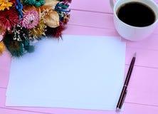 Papier avec la tasse de café et les fleurs sèches Image libre de droits