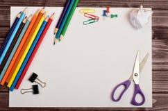 Papier avec le crayon coloré Image stock