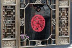 Papier-besnoeiing op het oude venster. Royalty-vrije Stock Foto's