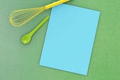 Papier blanc avec la vue supérieure d'ustensiles de cuisine Photographie stock libre de droits