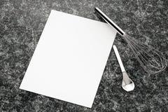Papier blanc avec la vue supérieure d'ustensiles de cuisine Photos libres de droits