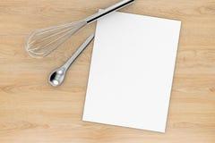 Papier blanc avec la vue supérieure d'ustensiles de cuisine Images libres de droits