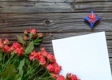 Papier blanc avec le boîte-cadeau et le paquet rose Photos stock