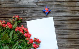Papier blanc avec le boîte-cadeau et le paquet rose Images libres de droits