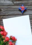 Papier blanc avec le boîte-cadeau et le paquet rose Photographie stock