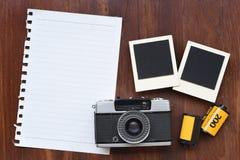 Papier blanc avec le film de photo, les cadres de photo et l'appareil-photo Photographie stock libre de droits