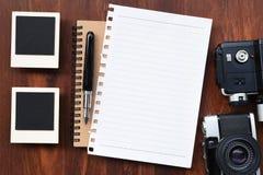 Papier blanc avec le stylo, les cadres de photo et l'appareil-photo Images stock