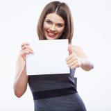 Papier blanc blanc de prise de femme d'affaires Jeune exposition de sourire de fille Photographie stock