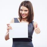 Papier blanc blanc de prise de femme d'affaires Jeune exposition de sourire de fille Images libres de droits