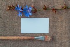 Papier blanc, brosse et fleur sur renvoyer image stock
