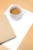 Papier blanc, cuvette de café et livre image stock