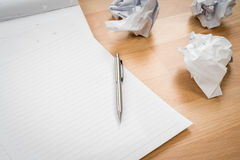 Papier blanc de carnet avec le crayon et papier chiffonné sur un en bois Photo stock