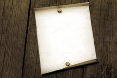 Papier blanc de cru sur de vieux panneaux grunges Image stock