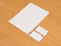 Papier blanc et cartes de visite professionnelle de visite en bois Photo libre de droits