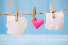 Papier blanc et décoration rose de forme de coeur accrochant sur la ligne avec l'espace de copie pour le texte sur le fond en boi image stock