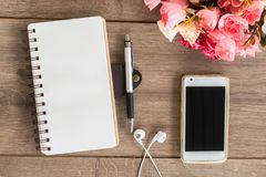 Papier blanc et téléphone de stylo sur la table Photographie stock