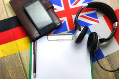 Papier blanc sur le bureau de texture en bois avec le téléphone portable Photographie stock