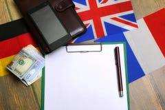 Papier blanc sur le bureau de texture en bois avec le téléphone portable Images stock