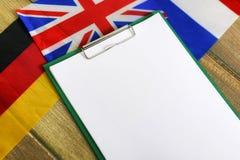 Papier blanc sur le bureau de texture en bois avec le téléphone portable Photo libre de droits