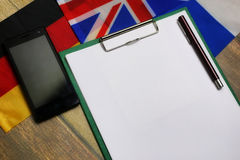 Papier blanc sur le bureau de texture en bois avec le téléphone portable Photos libres de droits
