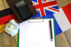 Papier blanc sur le bureau de texture en bois avec le téléphone portable Photo stock