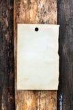 Papier blanc sur le fond en bois photographie stock libre de droits