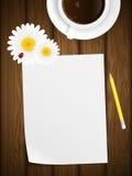 Papier blanc sur le fond en bois avec des fleurs. Images libres de droits