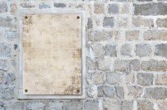 Papier blanc sur le mur en pierre Photographie stock libre de droits