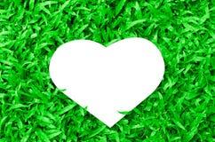 Papier blanc vide de coeur sur le fond en verre vert Image libre de droits