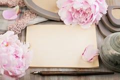 Papier blanc vide sur le rétro fond avec la pivoine Images libres de droits