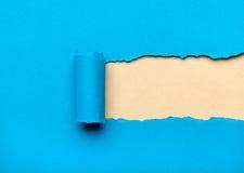 Papier bleu déchiré avec l'espace laiteux pour le message image libre de droits