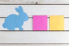 Papier bleu de lapin coupé avec deux autocollants Copiez l'espace pour le texte Photos libres de droits