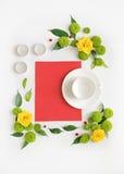 Papier, bougies et tasse pour le café ou le thé avec le cadre de guirlande de Photographie stock