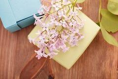 Papier-boxex und Blumen auf Holztisch Lizenzfreie Stockfotos