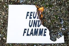 Papier brûlant au sol photos libres de droits