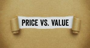 Papier brun déchiré indiquant le prix de mots contre la valeur images libres de droits