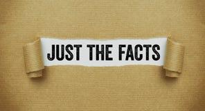 Papier brun déchiré indiquant les mots juste les faits photographie stock libre de droits