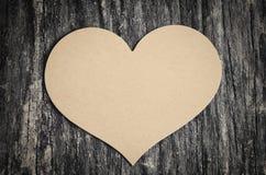 Papier brun vide avec la forme de coeur Photographie stock libre de droits