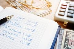 Papier, calculatrice et argent de compte de ménage Dépenses personnelles mensuelles photos libres de droits