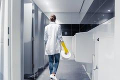 Papier changeant de femme de portier dans la toilette publique photo libre de droits