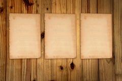 Papier chiffonné blanc vide sur le bois Images stock
