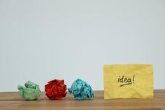 Papier chiffonné et idée écrits sur le papier Image stock