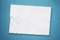 Papier chiffonné par blanc sur le papier grunge Images libres de droits