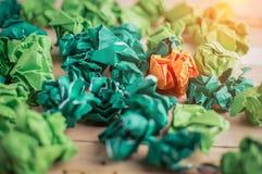 Papier chiffonné par orange parmi le Livre vert jpg Image libre de droits