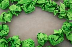 Papier chiffonné par vert sur la table grise jpg Images libres de droits