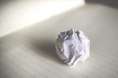 papier chiffonné sur la séance de réflexion de papier de carnet dans l'escroquerie de bureau Images stock