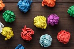 Papier coloré chiffonné sur le fond en bois photos libres de droits