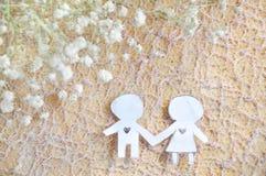 Papier coupé dans des couples de forme tenant la main Image libre de droits