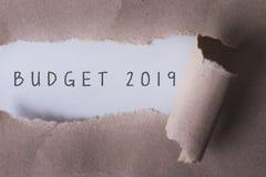 Papier déchiré avec le budget 2019 de mot Région de Copyspace Photographie stock