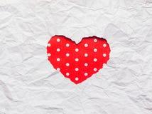 Papier déchiré blanc dans le symbole de forme de coeur Photo stock